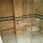Ducha de la suite (el baño tenía ducha y bañera). Muy amplia, alrededor de 2x1,30.
