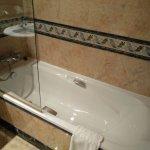 Bañera de habitación estándar. Nada que destacar, baño limpio e iluminado.