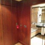 Entrada de habitación, espejo de pared completa y puerta al baño. Entrada y dormitorio separados