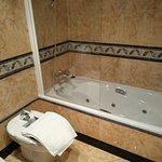 Bañera de la suite (tiene ducha y bañera en el mismo baño). Prefería la ducha (otra foto).