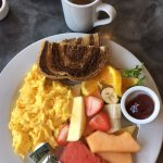 Scrambled eggs with fruit and rye toast