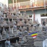 Des dizaines et dizaines de statuts de Bouddha