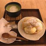 Melon pan con helado de vainilla y té matcha con leche.