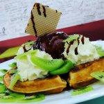 Waffle de Kiwi con Helado ( Jugos en Quito )