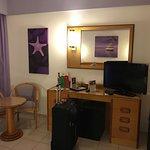 Alles was man nach einem Tag in der Stadt/Strand/etc. braucht bietet das Zimmer.
