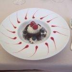 Dessert (cioccolato, gelato al cocco e frutti di bosco)
