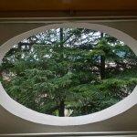 Kleines Zimmerfenster im dritten Stock