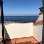 Habitación correcta aunque ruidosa, buenas vistas al mar.