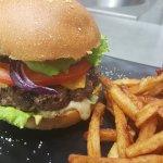 Burger du chef, boeuf ou poulet, salade, tomate, bacon grillé, cheddar, raclette, oignon rouge f