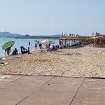 Пляж. 10 утра, поэтому народу еще очень мало. После 11 уже довольно тяжело найти свободное месте