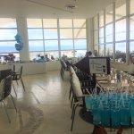 Restaurante cerca de la alberca y mar