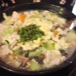 Sopa de fideos con caldo espeso, huevo y cerdo