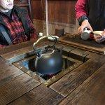 囲炉裏があるテーブルでお茶をいただけます