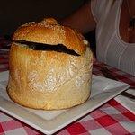 Salmón, un tipo de estofado recomendación del xef y sopa agria en pan.