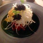 Papaye verte, oseille, quinoa en vermicelles et saucisse de homard au caviar