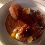 Partition choco et maracudja de l'été, texture de fèves de cacao et de fruits de la passion