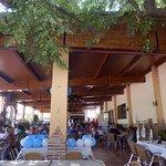 La terraza donde puedes disfrutar de una buena comida a la barbacoa