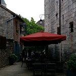 le restaurant dans la ruelle ombragée. Fin du service. La terrasse était pleine auparavant.