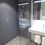 SDB avec sa grande cabine douche