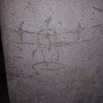 DIbujo de avión realizado por algún niño en el cemento fresco que se empleaba en los túneles