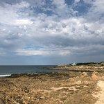 Vue et acces direct a une plage sauvage superbe