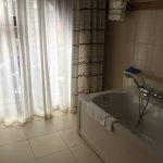 Vue de la baignoire dans la salle de bain