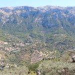 En el centroel pueblo de Deià, paisaje sobrecogedor