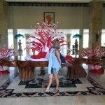 Hall decorado con los colores de la bandera de Bali. Por la tarde, siempre música y folclore bal