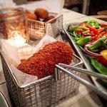 Onze croquetten worden geserveerd met een frisse salade en vers afgebakken brood