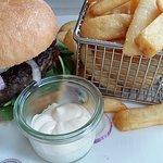 Burger, Speisekarte-Ansicht, Nachtisch Hausgemachte Rote Grütze mit Vanilleeis, Erdbeer-Tiramisu