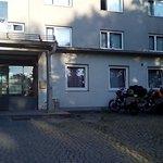 玄関横のバイクの駐車場?