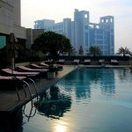 Pool des Crowne Hotels in Okhla am Morgen