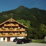 l'hôtel et la montagne au dos