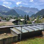 Aussicht von der Zimmer-Terrasse auf das Bergpanorama