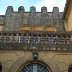 La façade de l'entrée du château-manoir