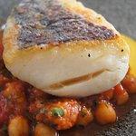 le poisson avec une sauce à l'ail et des légumes type tajine