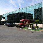 Vista del edificio administrativo. En primer plano uno de los primitivos camiones de reparto.