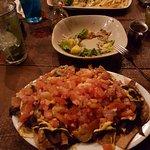 Nachos con camarones, ensalada 9lo que queda de ella) y camarones con una salsa que no recuerdo