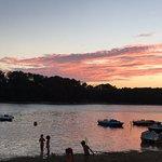 Au pied de la résidence, la plage et ses merveilleux couchers de soleil