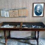 Vetrinetta all'interno del piccolo museo e stampa raffigurante il navigatore