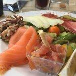 Calamars, saumon, tartare, jambon basque, chorizo, tome de brebis et legumes