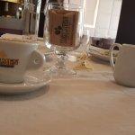 caffè e brick di latte montato caldo a parte