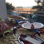 Gran tagliere di affettati e formaggi, verdure grigliate e arrosto, fiori di zucca fritti, piadi