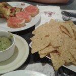 Nachos sosos, anodinos y tirados en el platos, sin gracia alguna