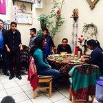 Jóvenes indígenas que vinieron al Chalet-Hotel, a aprender hacer veladoras.