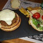 Hamburguesa de carne de vaca con aguacate...Sabrosísima!!!