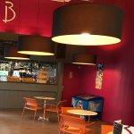 """Notre """"cottage"""" qui n'en porte que le nom La salle de restaurant et le bar"""