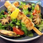 kisHalas saláta (roston sült garnélanyárs, bébipolip, zöldkagyló, friss vegyes zöldsaláta)