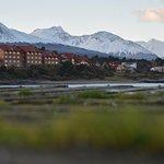 Foto do hotel, a partir da ponta oposta da baía