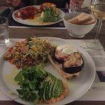 Menú que consiste en tres platos a elegir entre entrantes o ensaladas, pastas o arroces y panes